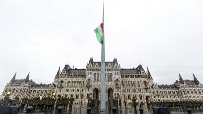 Katonai tiszteletadás mellett felvonják, majd félárbócra engedik Magyarország nemzeti lobogóját az Országház előtti Kossuth Lajos téren az 1956-os forradalom és szabadságharc leverésének 63. évfordulóján, a nemzeti gyásznapon (Fotó: MTI/Mohai Balázs)