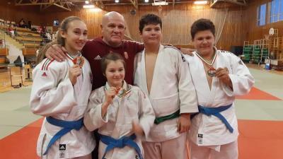 Szentandrászki Gréta (balról jobbra), Szabó Karolina, Gyáni János edző,Bozó Bence és Kara Bence (Fotó: BM Kano Judo SE)