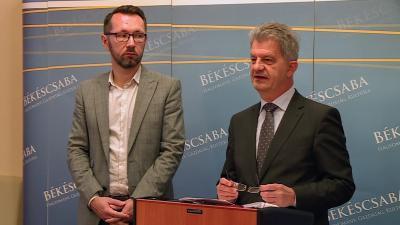 Varga Tamás alpolgármester (b.) és Szarvas Péter polgármester (j.) a közgyűlést értékelő sajtótájékoztatón 2019.11.29.-én. Fotó: 7.TV/Kugyelka Attila