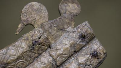 Vízimadár-motívummal díszített tokos csontfésű (forrás: MTI/Ujvári Sándor)