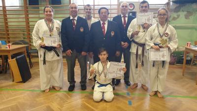 a békéscsabai  JALTE shotokan karate szakosztálya Sensei Sáfár László IX.DAN nagymesterrel. Fotó: egyesület