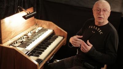 Papp Gyula a zongora mellett. Fotó: Békéscsabai Jókai Színház