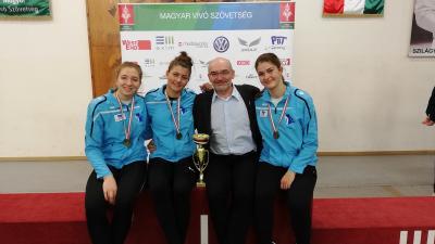 Az aranyérmes csapat és edzőjük, Galli Zsolt (Fotó: Alföld Vívó Akadémia)