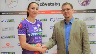 Ivana Mitovic és Paláncz György klubelnök a szerződés aláírásakor (Fotó: Békéscsabai Előre NKSE)