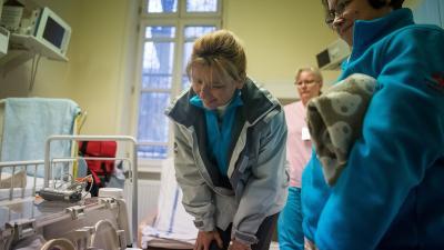 A Peter Cerny Alapítvány munkatársaival érkező Herczegh Anita, Áder János köztársasági elnök felesége (k) a Semmelweis Egyetem I. Sz. Gyermekgyógyászati Klinika csecsemőosztályán  (MTI/Balogh Zoltán)