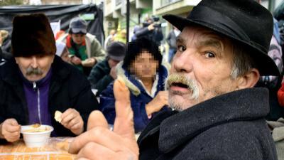 Ételosztás a Munkácsy utcában