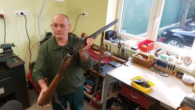 Haller Ferenc fegyvermester egy vadászpuska javítása közben. Fotó: Papp Ádám