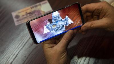 A ForintApp okostelefonos applikáció, ami egy lakossági pénzvizsgáló alkalmazásnak a kiterjesztett valósággal (AR) működő játék funkciója (MTI fotó: Mónus Márton)
