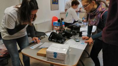 Robotok és gimnazisták - (Fotó: behir.hu)