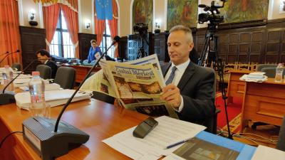 Opauszki Zoltán tanácsnok már a közgyűlés előtt átlapozta a Csabai Mérleg legfrissebb számát (fotó: Varga Diána)