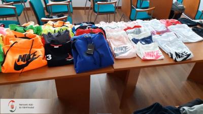 Hamis ruhákat, kiegészítőket és parfümöket árultak egy békéscsabai garázsbutikban. Forrás: NAV