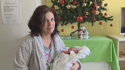 A kis Máté és édesanyja (fotó: behir.hu)