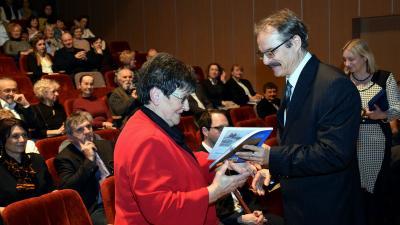 A Bárka főszerkesztője, Elek Tibor a beszéde után köszöntötte a másik díjazottat, Pál Miklósnét – (Fotó: Such Tamás)