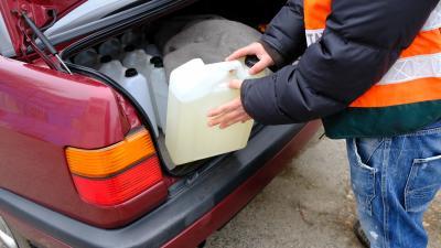 60 liter ismeretlen eredetű alkoholt foglaltak le a pénzügyőrök a 44-esen. Fotó: NAV