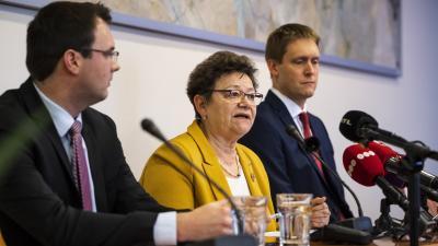 Müller Cecília országos tisztifőorvos beszél a koronavírussal kapcsolatosan tartott sajtótájékoztatón, mellette balról Sölch Gellért, az Emberi Erőforrások Minisztériumának helyettes államtitkára és Kis Zoltán, virológus (MTI/Mónus Márton)