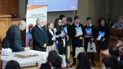 A Peregrin verseny első helyezettjei, a gyulai iskola diákjai. Fotó: MRE RCSE