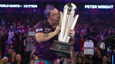 Peter Wright csókolja a Sid Waddell-trófeát (Fotó: pdc.tv)