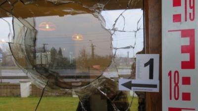 A férfi a csárda bejáratának ajtajára sem volt tekintettel. Fotó: police.hu