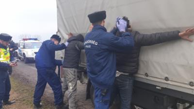 A rendőrség embercsempészet gyanújával lekapcsolta a két román férfit – (Fotó: police.hu)