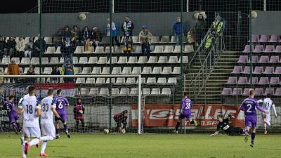 Luciano Slagveer (11-es mezben) éppen a második felcsúti gólt szerzi (Fotó: Milyó Pál)
