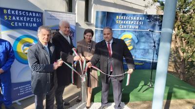 Szarvas Péter polgármester (balról), Herczeg Tamás országgyűlési képviselő, Pölöskei Gáborné helyettes államtitkár és Mucsi Balázs, a BSZC főigazgatója (Fotó: behir.hu)