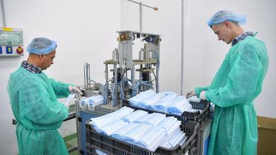 Fogvatartottak egészségügyi védőmaszkokat készítenek a Hajdú-Bihar Megyei Büntetés-végrehajtási Intézetben, Debrecenben (MTI/Czeglédi Zsolt)