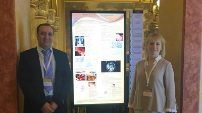 Dr. Alzubi Ali és dr. Varga Antónia áll a bemutató poszter mellett az onkológiai kongresszuson
