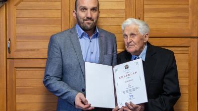 A 100 éves Szabó Istvánt köszöntötte Békésen Kálmán Tibor polgármester. Fotó: Ga-Pix Fotó.