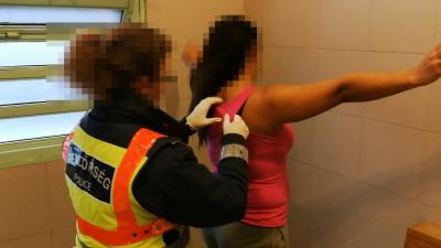 Csalás gyanúsítottjait fogta el a rendőrség 2020.03.04.-én. Fotó: police.hu