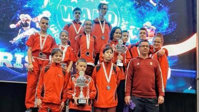 Békés megyei csapat az Irish Open kick-box világkupán. Fotó: Békés megyei harcművész Szövetség