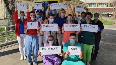 Az Orosházi SBO dolgozói üzennek. Fotó: Facebook/Orosházi Kórház