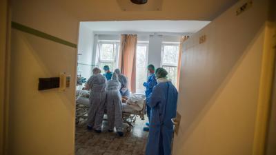 Illusztráció: Orvosok és ápolók egy koronavírussal fertőzött beteget látnak el Országos Korányi Pulmonológiai Intézetben kialakított izolációs teremben 2020. március 25-én. Fotó forrás: MTI/Balogh Zoltán