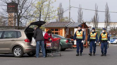 A rendőrség a közterületeken ellenőrzi a kijárási korlátozás betartását (MTI fotó: Koszticsák Szilárd)