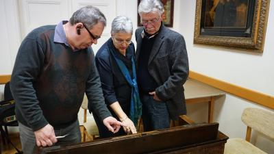 Sipos István mutatja meg Wenckheim Karolnak és Wenckheim Frigyesnek a harmónium működését – (Fotó: Hidvégi Dávid))