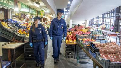 Rendőrjárőrök a piacon. Forrás: poliice.hu