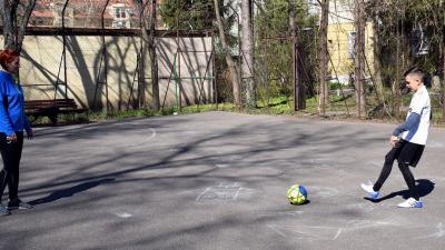 Életkép a Szabadság téri-Derkovits sor közti focipályán