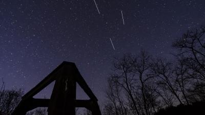 Hosszú záridővel lefényképezett Spacex Starlink műholdak Fotó forrás: MTI / Komka Péter