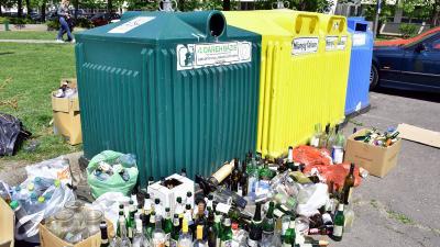 Csendélet egy csabai szelektív hulladékgyűjtőnél