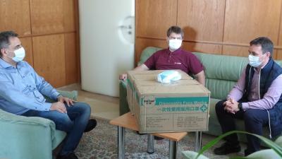 Sebészmaszkokat kapott az Orosházi Kórház a Linamartól. Forrás: Facebook/Orosházi Kórház