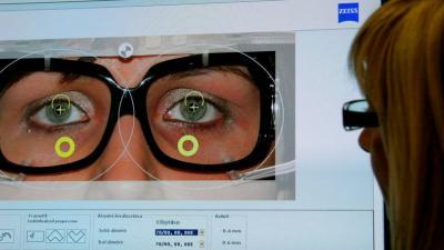 figyelmet fordít látásromlás esetén