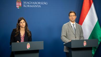 Szentkirályi Alexandra kormányszóvivő és Gulyás Gergely Miniszterelnökséget vezető miniszter (MTI/Botár Gergely/kormany.hu)