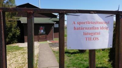 Ez a felirat fogadja azt, aki az atlétikai pályára látogat – (Fotó: Hidvégi Dávid)