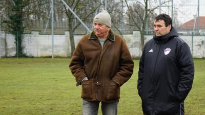 Pásztor József és Bacsa Zoltán masszőr, a Békéscsaba egy korábbi edzésén – (Fotó: behir.hu)