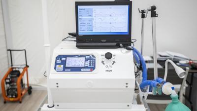 Ilyen lélegeztető gépeket gyártanak a BM Heros Zrt. üzemében. Forrás: koronavirus.gov.hu