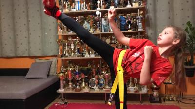 Debreczeni Frida rúgás közben. Fotó: Békés Megyei Harcművész Szövetség