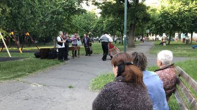 Meglepetés népzenei és néptánc előadás a Szigligeti utcai játszótéren Fotó: Kugyelka-Zámbori Eszter