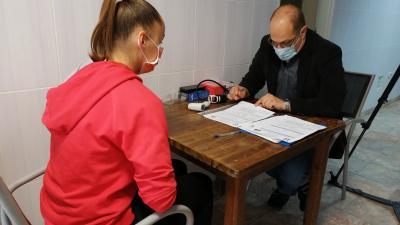 A csapatorvos Kukely Klárát vizsgálja – (Fotó: Hidvégi Dávid)