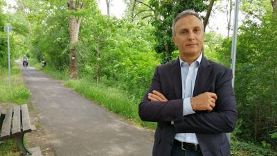 Opauszki Zoltán a Lencsési lakótelepet Veszével összekötő kerékpárút előtt – (Fotó: Hidvégi Dávid)