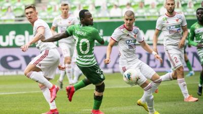 A ferencvárosi Frank Boli (b2), valamint Pávkovics Bence (b) és Ferenczi János (j2), a DVSC játékosai a labdarúgó OTP Bank Liga 1. fordulójából elhalasztott, a koronavírus-járvány miatt zárt kapuk mögött játszott Ferencvárosi TC – Debreceni VSC mérkőzése