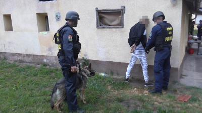 Elfogtak Eleken egy férfit, aki feltételezhetően drogot adott el. Fotó: policce.hu